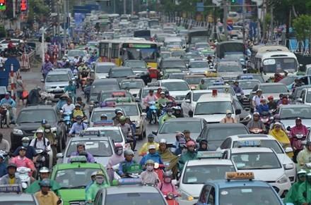 Nhiều đường ở Hà Nội ngập nặng, ùn tắc sau cơn mưa lớn - ảnh 11