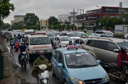 Nhiều đường ở Hà Nội ngập nặng, ùn tắc sau cơn mưa lớn - ảnh 12