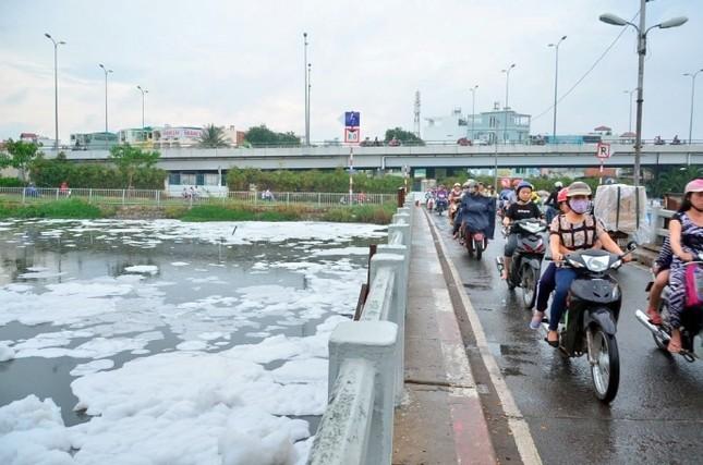 'Tuyết' phủ trắng kênh sau cơn mưa lớn ở TP.HCM - ảnh 1