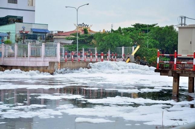 'Tuyết' phủ trắng kênh sau cơn mưa lớn ở TP.HCM - ảnh 2