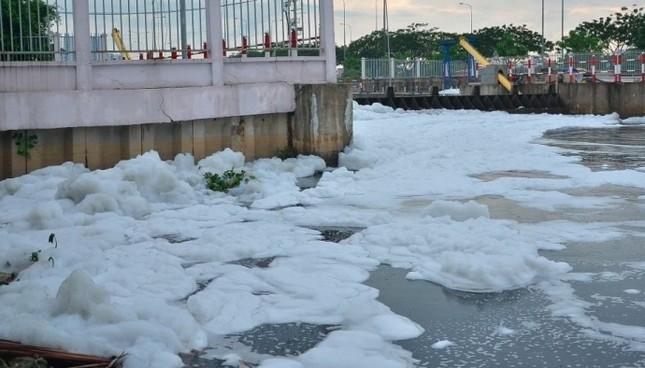 'Tuyết' phủ trắng kênh sau cơn mưa lớn ở TP.HCM - ảnh 3