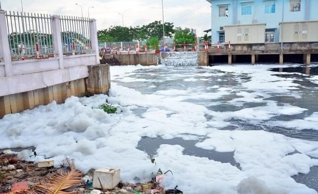 'Tuyết' phủ trắng kênh sau cơn mưa lớn ở TP.HCM - ảnh 4