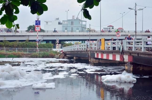 'Tuyết' phủ trắng kênh sau cơn mưa lớn ở TP.HCM - ảnh 6