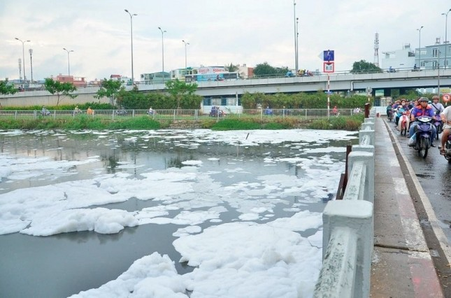 'Tuyết' phủ trắng kênh sau cơn mưa lớn ở TP.HCM - ảnh 7