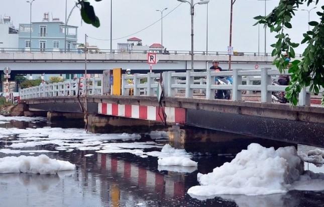 'Tuyết' phủ trắng kênh sau cơn mưa lớn ở TP.HCM - ảnh 8