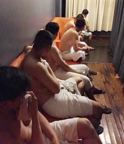 Ổ 'mỹ nam' kích dục cho khách đồng tính ở Sài Gòn - ảnh 1