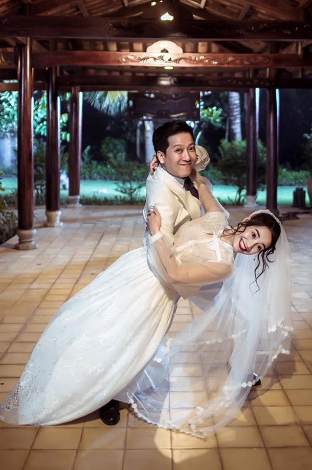 Nhã Phương - Trường Giang biểu cảm hài hước trong trang phục cưới - ảnh 1