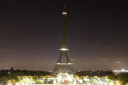 Thế giới 'đổi màu', tưởng niệm nạn nhân khủng bố - ảnh 8