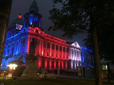 Thế giới 'đổi màu', tưởng niệm nạn nhân khủng bố - ảnh 5