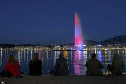 Thế giới 'đổi màu', tưởng niệm nạn nhân khủng bố - ảnh 6