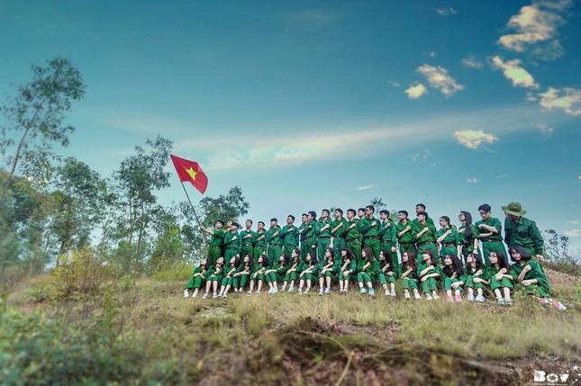 Học sinh Bắc Giang chụp ảnh kỷ yếu với chủ đề Chúng tôi là chiến sĩ - ảnh 1