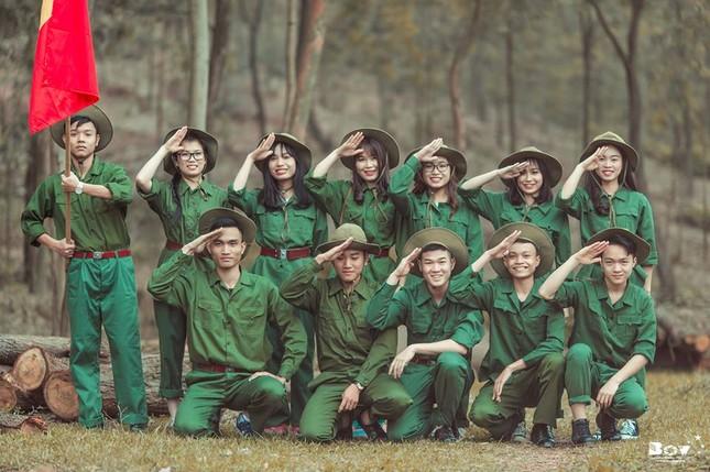 Học sinh Bắc Giang chụp ảnh kỷ yếu với chủ đề Chúng tôi là chiến sĩ - ảnh 2
