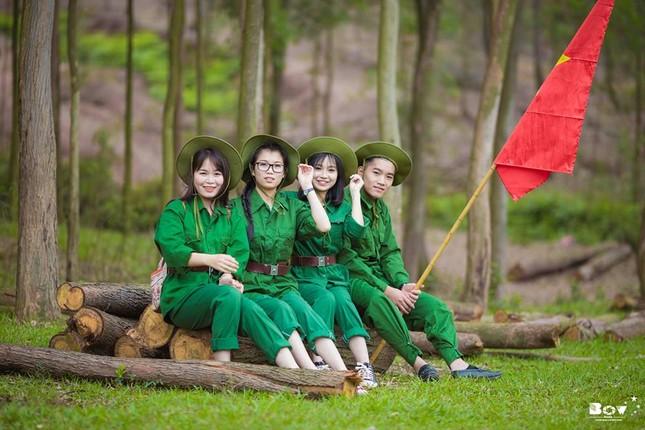 Học sinh Bắc Giang chụp ảnh kỷ yếu với chủ đề Chúng tôi là chiến sĩ - ảnh 3
