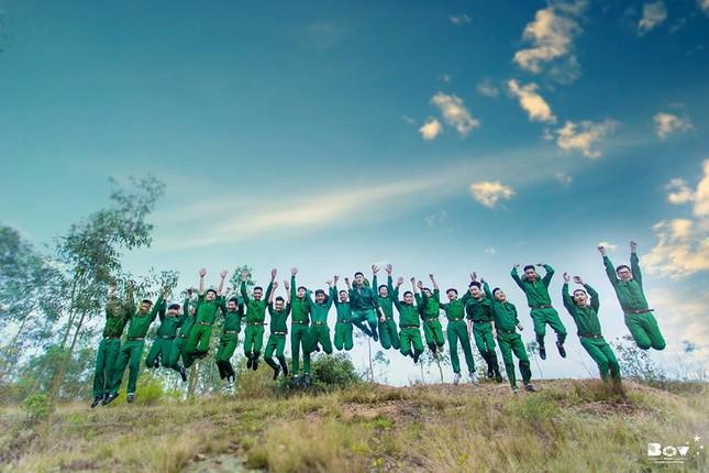 Học sinh Bắc Giang chụp ảnh kỷ yếu với chủ đề Chúng tôi là chiến sĩ - ảnh 4