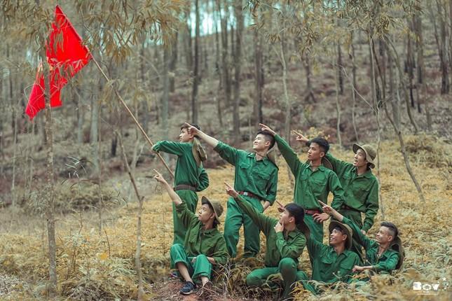 Học sinh Bắc Giang chụp ảnh kỷ yếu với chủ đề Chúng tôi là chiến sĩ - ảnh 9