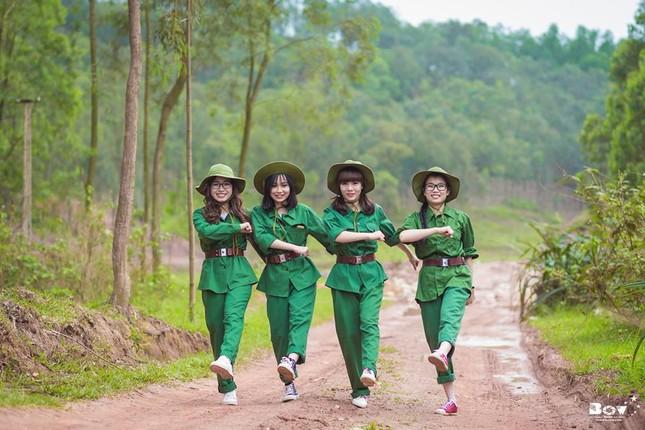 Học sinh Bắc Giang chụp ảnh kỷ yếu với chủ đề Chúng tôi là chiến sĩ - ảnh 11
