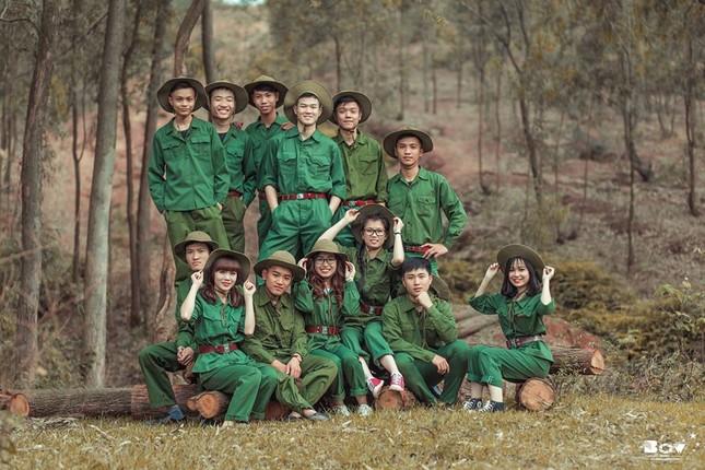 Học sinh Bắc Giang chụp ảnh kỷ yếu với chủ đề Chúng tôi là chiến sĩ - ảnh 12