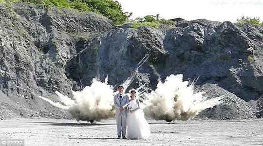Nhật: Liều lĩnh chụp ảnh trên nền một vụ nổ - ảnh 1
