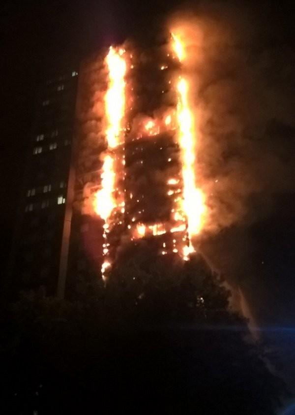 Chung cư 24 tầng ở Anh cháy ngùn ngụt, nhiều người mắc kẹt - ảnh 1