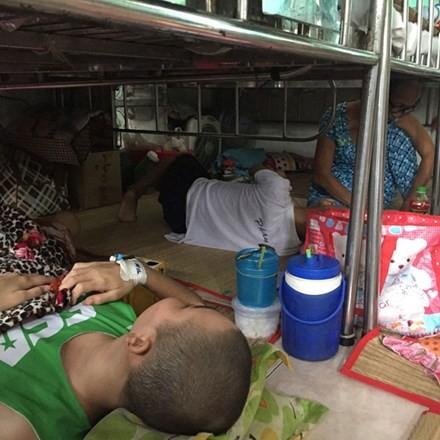 Bệnh nhân vẫn ngủ gầm giường, ăn hành lang - ảnh 1