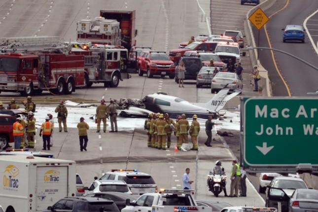 Máy bay lao xuống đường cao tốc Mỹ bốc cháy ngùn ngụt - ảnh 1