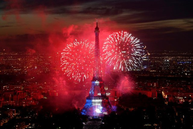Pháo hoa rợp trời Paris mừng Quốc khánh Pháp - ảnh 1