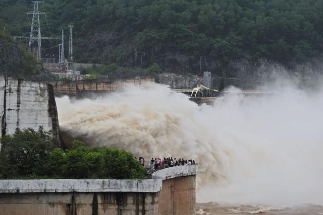 Hàng trăm người đứng bên bờ sông Đà xem đập thủy điện xả lũ - ảnh 1