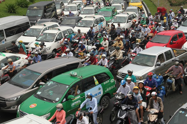 Giao thông hỗn loạn quanh sân bay Tân Sơn Nhất suốt 5 giờ - ảnh 1