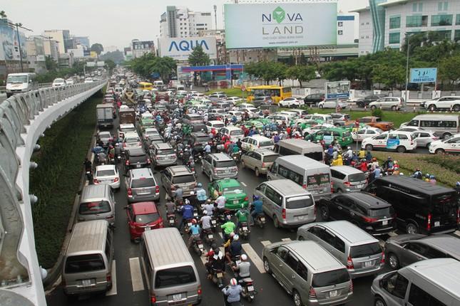 Giao thông hỗn loạn quanh sân bay Tân Sơn Nhất suốt 5 giờ - ảnh 3