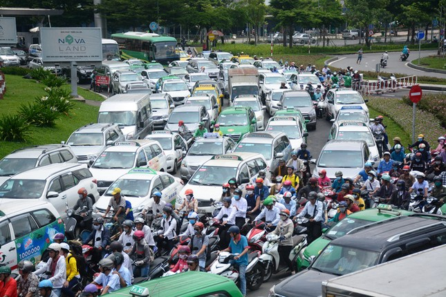 Giao thông hỗn loạn quanh sân bay Tân Sơn Nhất suốt 5 giờ - ảnh 4