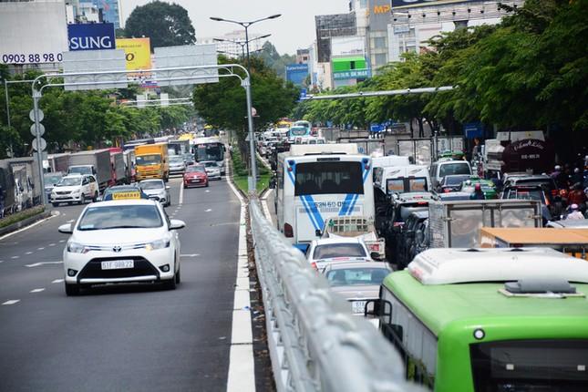 Giao thông hỗn loạn quanh sân bay Tân Sơn Nhất suốt 5 giờ - ảnh 5