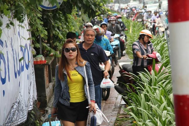 Giao thông hỗn loạn quanh sân bay Tân Sơn Nhất suốt 5 giờ - ảnh 6