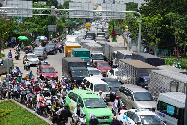 Giao thông hỗn loạn quanh sân bay Tân Sơn Nhất suốt 5 giờ - ảnh 7