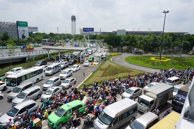 Giao thông hỗn loạn quanh sân bay Tân Sơn Nhất suốt 5 giờ - ảnh 8