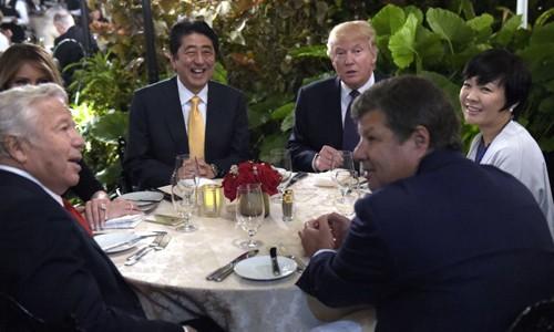 Đệ nhất phu nhân Nhật không nói tiếng Anh khi ngồi cạnh ông Trump - ảnh 1