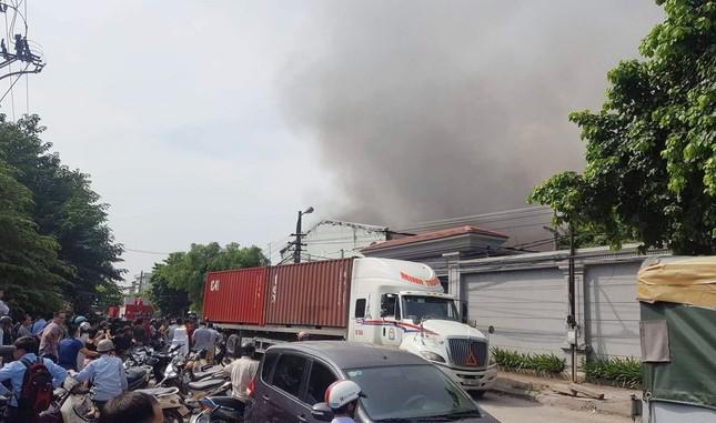 Hà Nội: Cháy dữ dội kho hàng ở cảng Bạch Đằng - ảnh 2