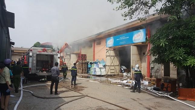 Hà Nội: Cháy dữ dội kho hàng ở cảng Bạch Đằng - ảnh 8