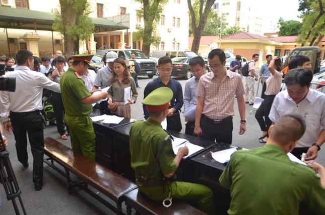 Xét xử đại án Ocean Bank: Diễn viên Quỳnh Tứ hầu tòa trong tư cách bị cáo - ảnh 5
