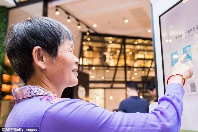 Cửa hàng đầu tiên trên thế giới sử dụng thanh toán nhận dạng khuôn mặt - ảnh 1