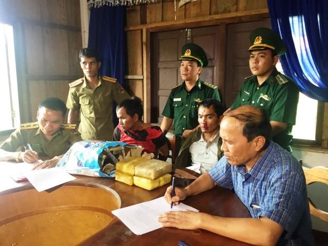 Quảng Trị: Bắt giữ 2 đối tượng người Lào vận chuyển 40.000 viên ma túy  - ảnh 1