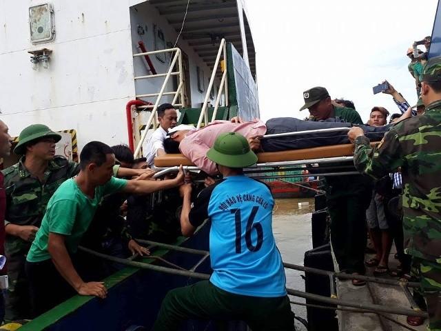 Chìm tàu tại Nghệ An: Cứu sống được 6 người , 1 người tử vong - ảnh 1