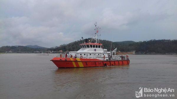 Chìm tàu tại Nghệ An: Tìm thấy 1 thi thể mắc kẹt trong khoang lái - ảnh 1