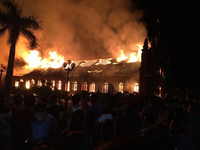 Nam Định: Hỏa hoạn thiêu rụi nhà thờ 129 năm tuổi - ảnh 1