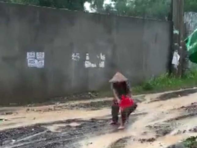 """Vụ cụ bà """"đội mưa vá đường"""": Cán bộ phường nói gì? - ảnh 1"""