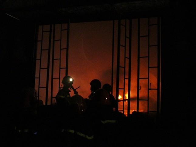 Nổ lớn và hỏa hoạn gần 3 tiếng tại công ty may ở Quận 9 - ảnh 1