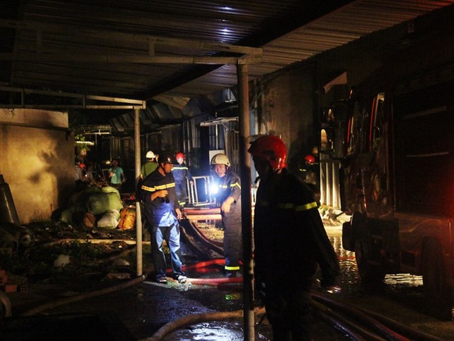 Nổ lớn và hỏa hoạn gần 3 tiếng tại công ty may ở Quận 9 - ảnh 4