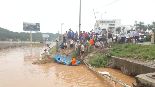 Quảng Ninh: Nước mưa cuốn trôi 2 học sinh xuống cống - ảnh 2