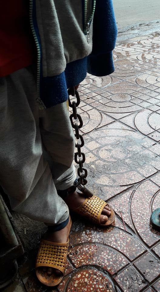 Công an vào cuộc vụ bé trai bị xích tay chân lang thang ngoài chợ - ảnh 2