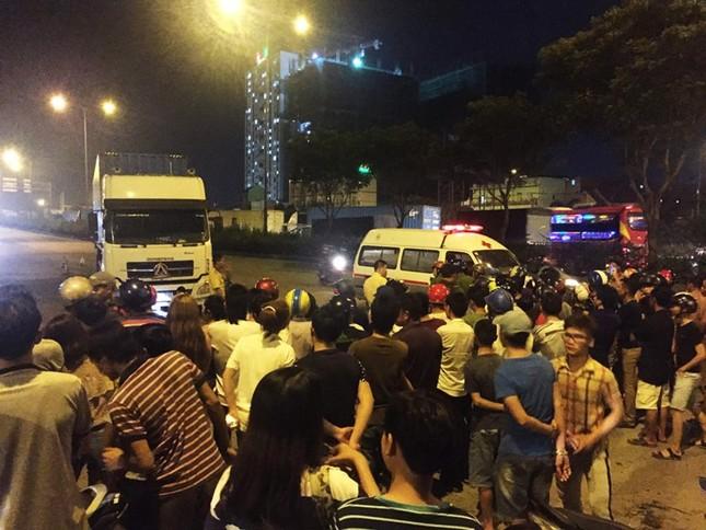Hai thanh niên đi xe máy bị cuốn vào gầm xe container, 1 người tử vong - ảnh 2
