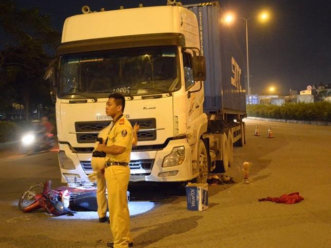 Hai thanh niên đi xe máy bị cuốn vào gầm xe container, 1 người tử vong - ảnh 1